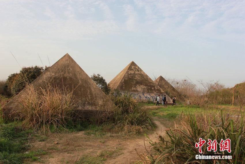 2015年3月22日,湖北武汉,市民在烂尾16年的万国公园里踏青、拍照;在金字塔、神庙建筑等废弃景点前支起帐篷、炊具,进行野餐