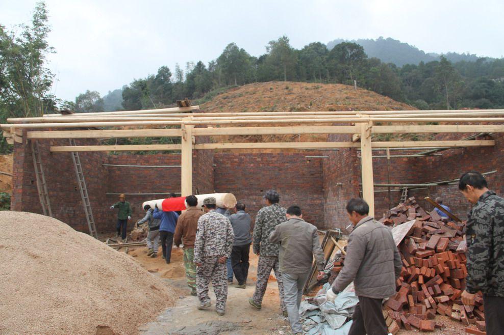 5、2016年11月30日上午9:13时,福建永安石峰村永兴祖殿重建工地上,村民们抬起第一根.jpg
