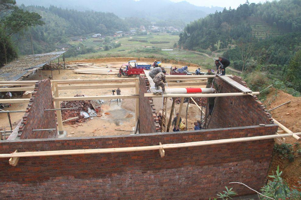 6、2016年11月30日上午9:19时,福建永安石峰村永兴祖殿重建工地上,村民们正在用上拉.jpg